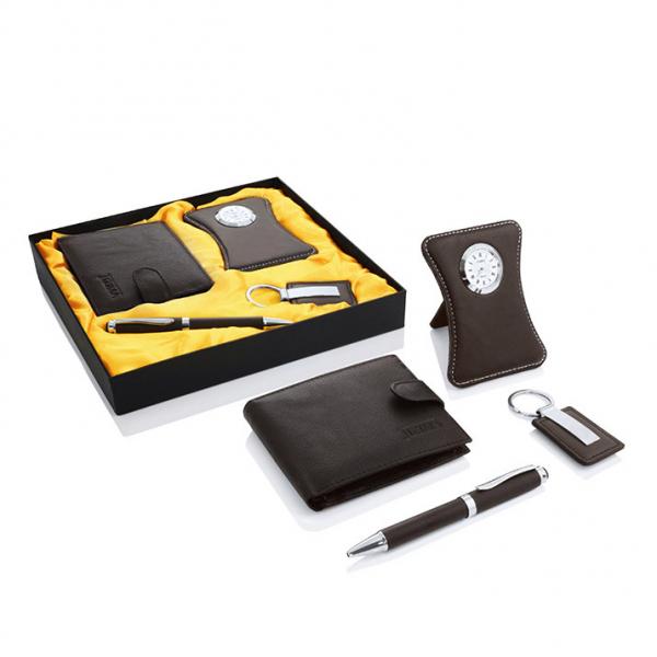 Подарочный набор Director, включающий ручку с синими чернилами, настольные часы, портмоне и брелок.