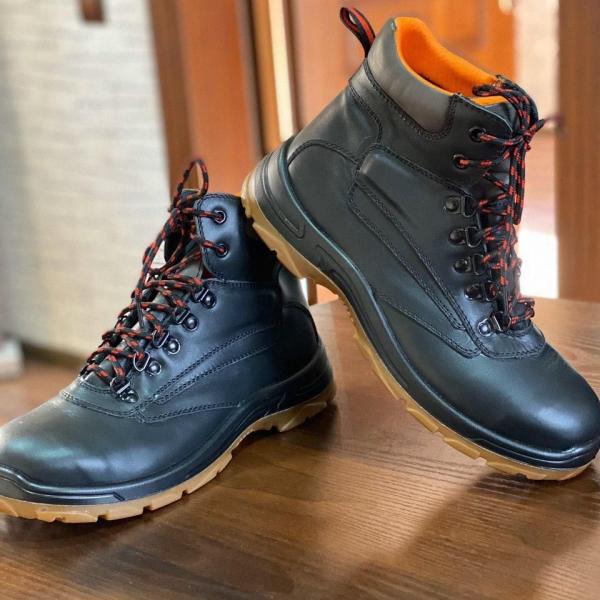 Ботинки кожаные с высоким берцовом с металлическим под носкам, предназначен для интенсивных работ