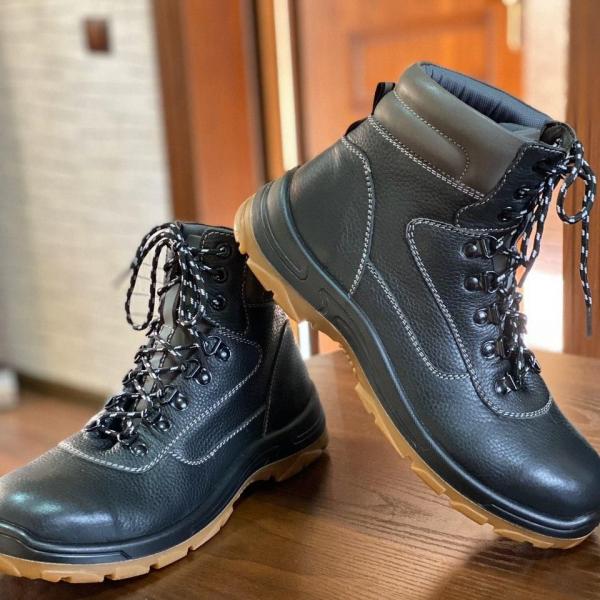 Ботинки кожаные с высоким берцовом с металлическим под носкам, предназначен для интенсивных работ.